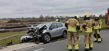 Auto botst op brugrailing in Kampen: twee zwaargewonden