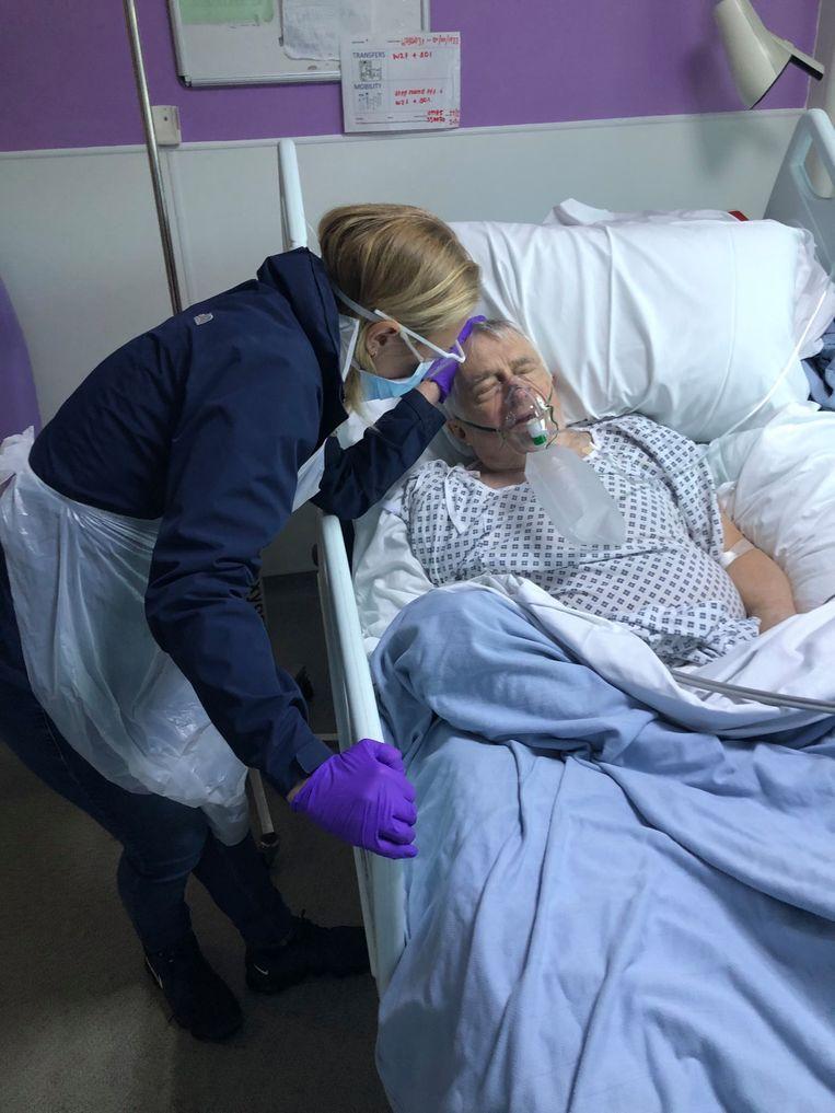 Actrice Sophia Myles bij haar vader die overleed aan het coronavirus.
