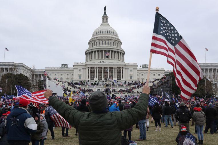 Pro-Trump-demonstranten bestormen het Capitool.  Beeld EPA
