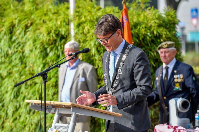 Burgemeester Paul Depla houdt een toespraak.