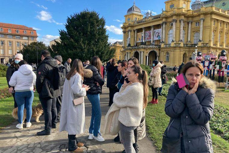 Inwoners uit Zagreb, Kroatië verzamelen buiten na een zware aardbeving.  Beeld AP