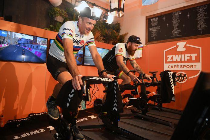 Johan Museeuw kwam in café Sport op het Martelarenplein koersen op de fietsen van ZWIFT.