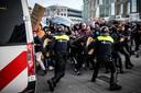 L'atmosphère était tendue. Les manifestants ont lancé des pétards sur la police et ont défié les forces de l'ordre, qui a fait usage des matraques.