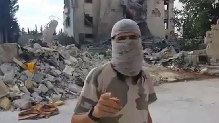 Abu Muhammad al-Hollandi in de video waarin hij Nederlandse en Belgische moslims opriep tot actie. Beeld Screenshot YouTube