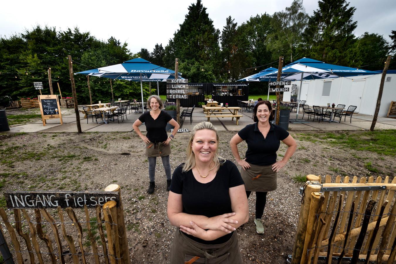 Marion van den Boomen (midden) met medewerkers Jolanda Manders (l) en Sandra Huijnen.