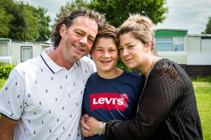 Max Cornelissen tussen zijn ouders op de camping in Olst.