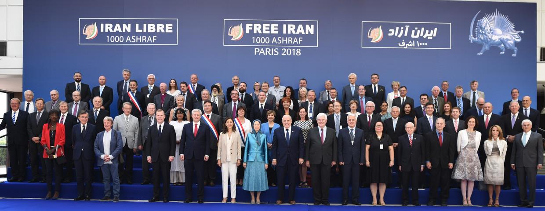 Het vippodium van de Free Iran Conferentie in het Franse Villepinte in 2018. Centraal (in het turquoise) staat Maryam Rajavi, leidster van de Iraanse verzetsbeweging MEK. Naast haar poseert Trump-adviseur Rudy Giuliani.   Beeld RV TME