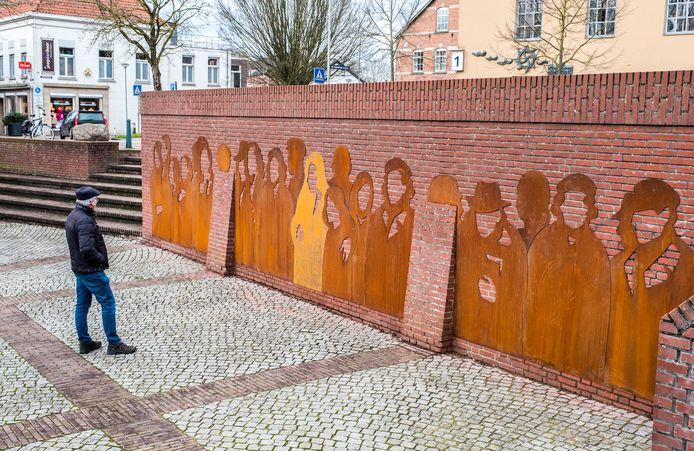 Het monument op het Vredesplein bij de Niersbrug dat is ontworpen door Mirso Bajramovic.
