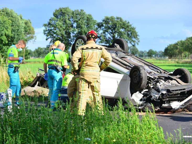 Auto vliegt over de kop na botsing op stroomkast in Someren, vrouw gewond naar ziekenhuis