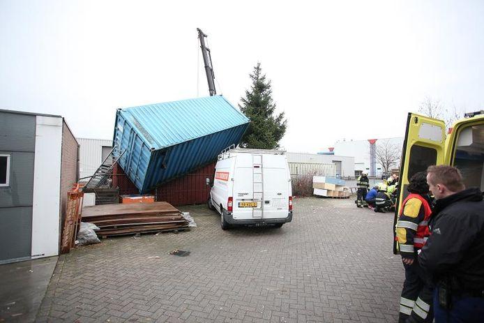 De man raakte bekneld onder een container. Foto Jeroen Stuve/ Stuve Fotografie