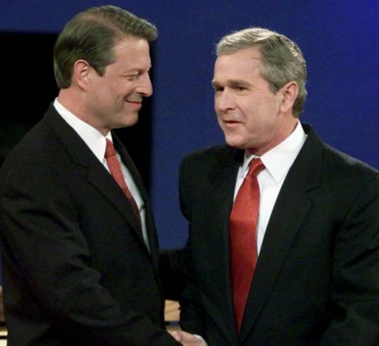 Al Gore en George W. Bush bij aanvang van een tv-debat.