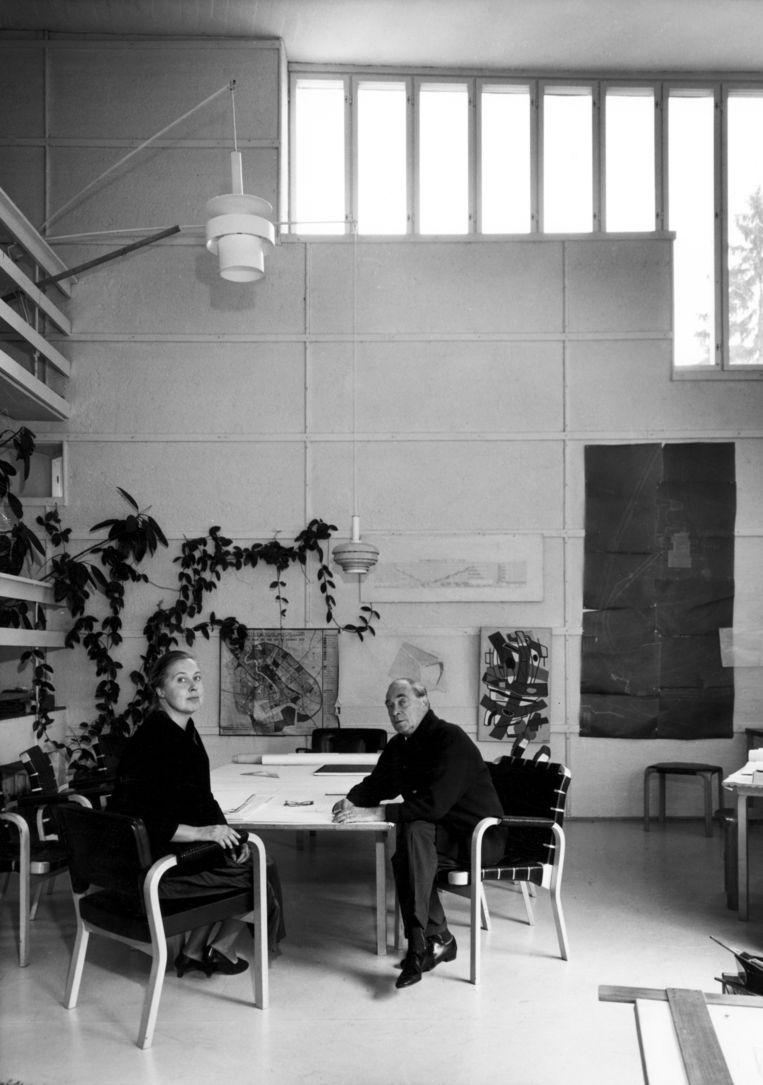 Alvar Aalto en zijn tweede vrouw Elissa in 1957 in de studio, gebouwd in 1955. Beeld Alvar Aalto Museum