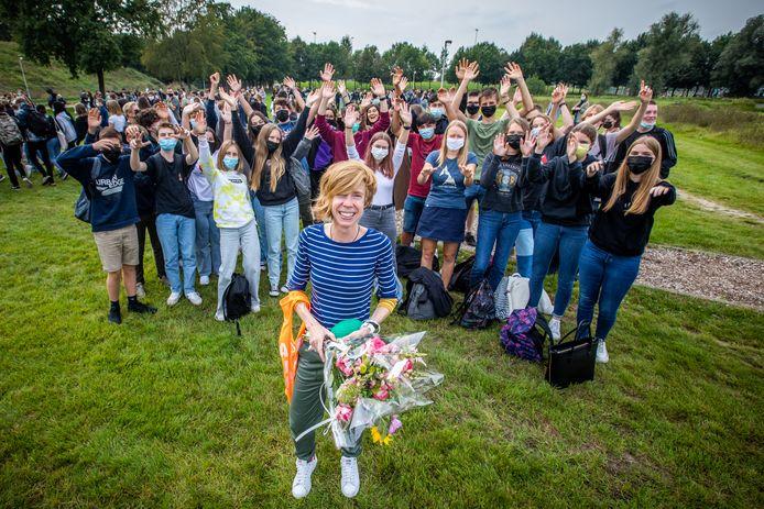 De marathonloopster en fysicalerares werd door al haar meer dan 1.000 leerlingen van de Provinciale School gevierd.