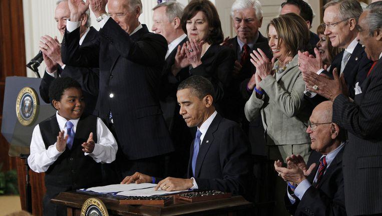 President Obama tekent een wet. Beeld ap