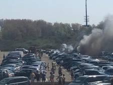 Vijf auto's in de brand op parkeerterrein bij strand