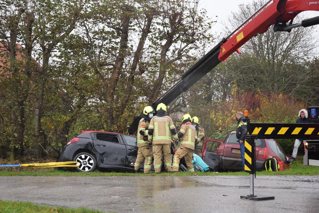 De brandweer moest met zwaar materieel een van de slachtoffers uit het autowrak bevrijden.