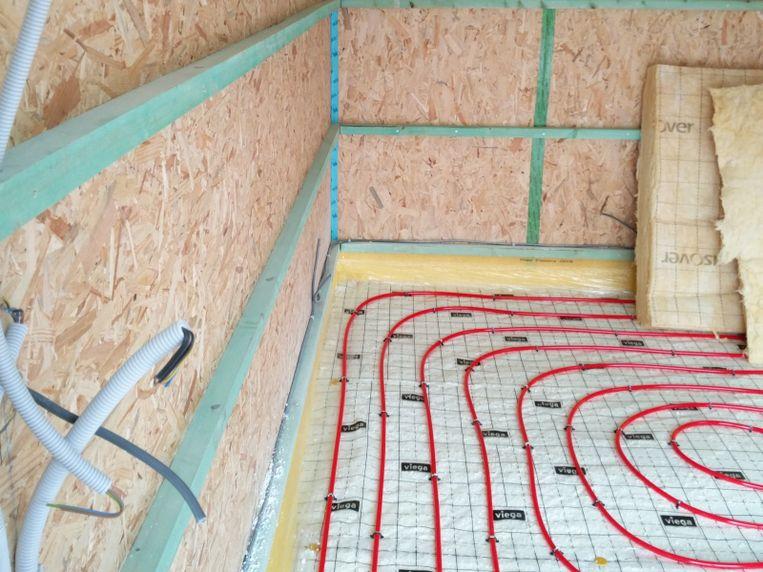 """""""In houten wanden moeten stopcontacten en schakelaars ingebouwd worden in een speciaal daarvoor gemaakte inbouwdoos. Is dat niet het geval, dan is de elektrische installatie niet veilig."""""""