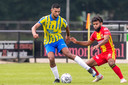 RKC-speler Yassin Oukili (L) in duel met GA Eagles-speler Ogechika Heil (r)