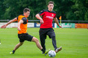 GA Eagles-speler Bas Kuipers tijdens de eerste training van zondag in duel met Sven Jansen (r)