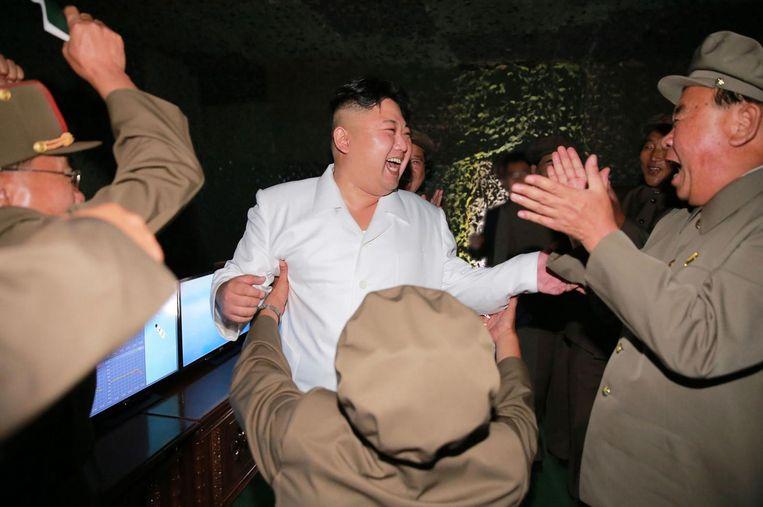 Kim Jong-un viert eind augustus met zijn generaals de geslaagde test met de onderzeebootraket Pukguksong. Beeld AFP