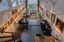 Uitzicht vanaf de vide op de bed and breakfast, de voormalige kunstgalerie.
