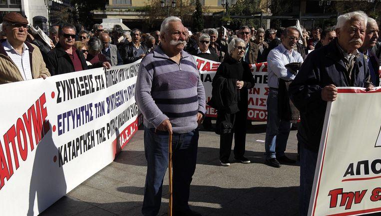 Gepensioneerden demonstreren begin april in Athene voor een verhoging van de pensioenen. Beeld EPA