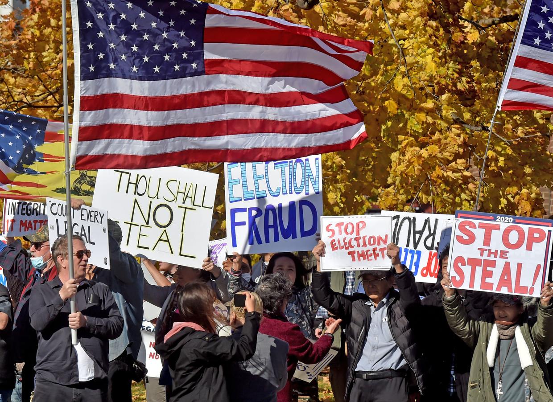 Trump-aanhangers protesteren tegen de 'frauduleuze' verkiezingsuitslagen. Beeld BELGAIMAGE