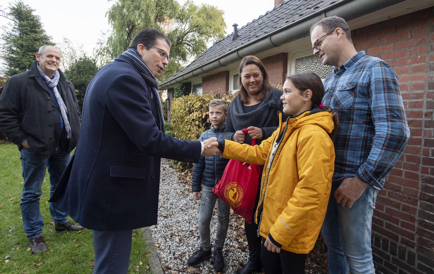 Burgemeester Joost van Oostrum heet de familie Laponder hartelijk welkom in zijn Noordijk