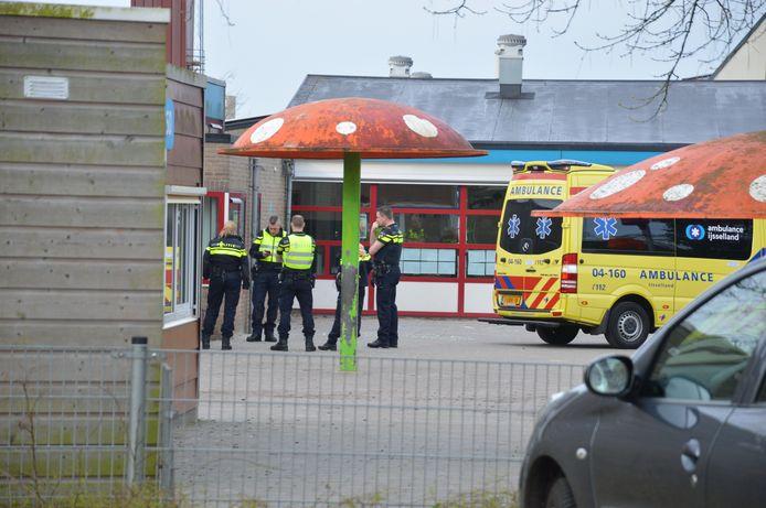 Er kwamen veel hulpdiensten naar het ongeluk bij het kindcentrum in Steenwijk.