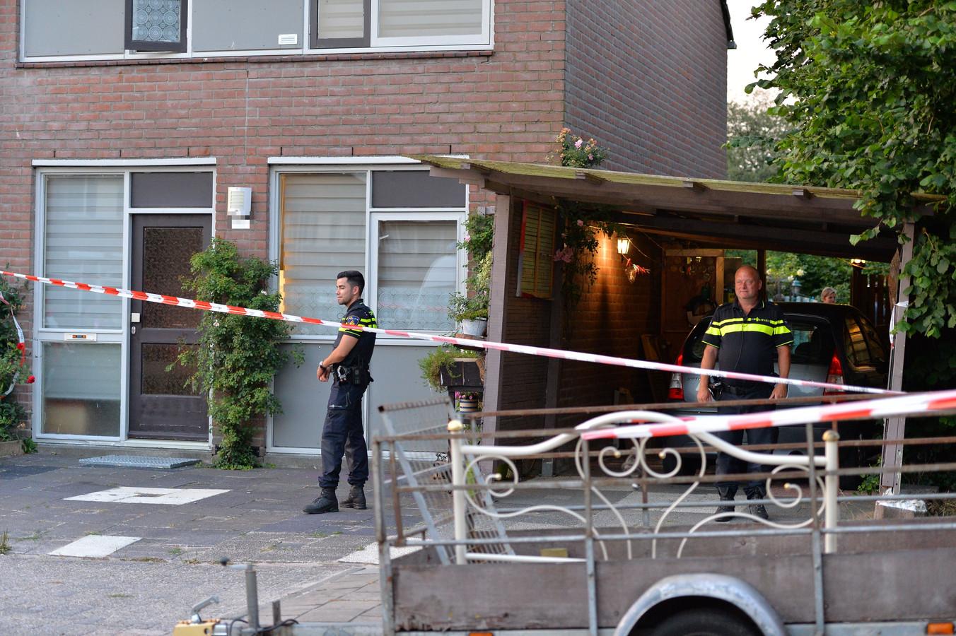 De politie bij de woning aan de Bronsgietersdonk in Apeldoorn waar het lichaam van de vrouw gevonden werd op 4 juli 2018.