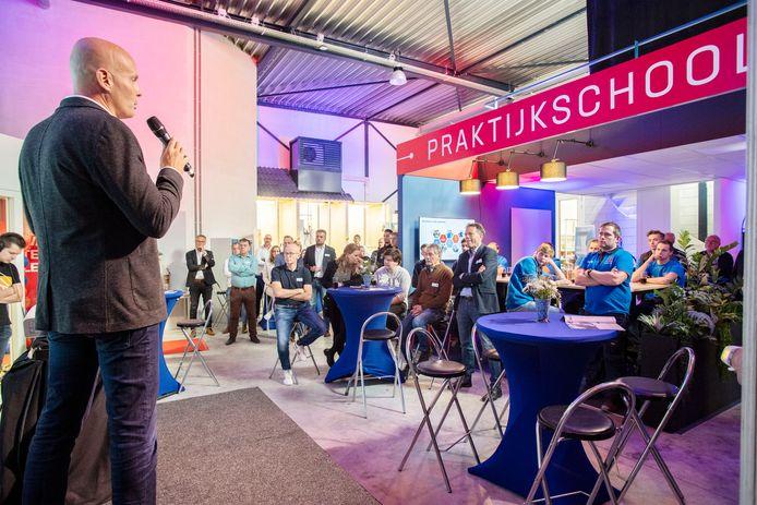 Locatiedirecteur verrichte deze week samen met Heracles-trainer Frank Wormuth en voetballers Blaswich en Knoester de opening van de praktijkschool.
