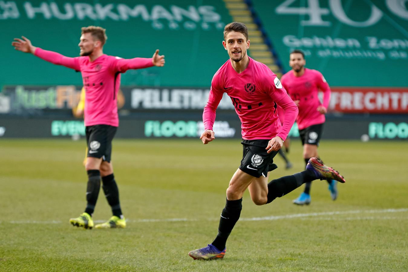 Adrián Dalmau toont zijn blijdschap na heeft zojuist het winnende doelpunt gemaakt tegen Fortuna Sittard.