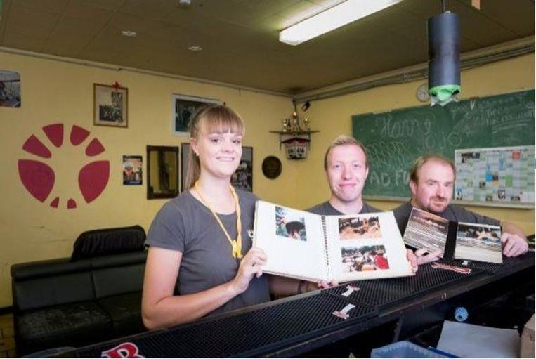 Marijke Boey, Joris Van Camp en Bart De Houwer tonen een album met oude foto's.