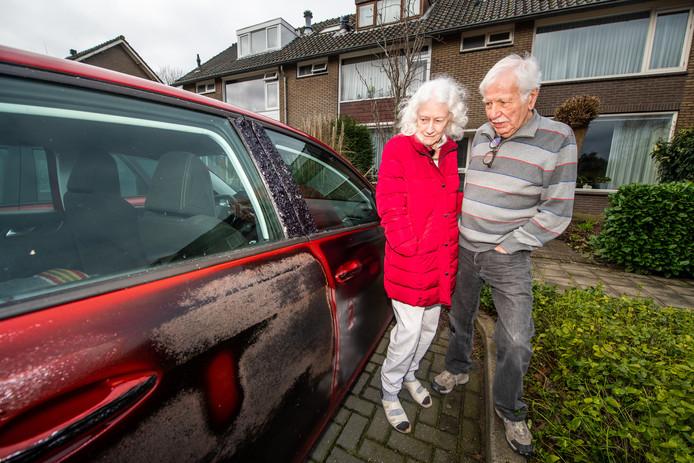 Gerard (81) en Hannie (76) Koppenhagen bij hun zwaar beschadigde auto.