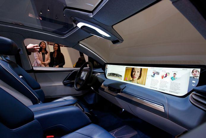Het 49 inch grote scherm, het Shared Experience Display, is de blikvanger van de M-Byte van Byton.