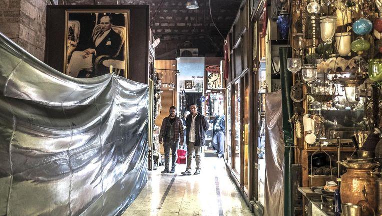 Het is rustig in de Grand Bazaar. Er zijn inmiddels al duizend shops gesloten Beeld Joris van Gennip