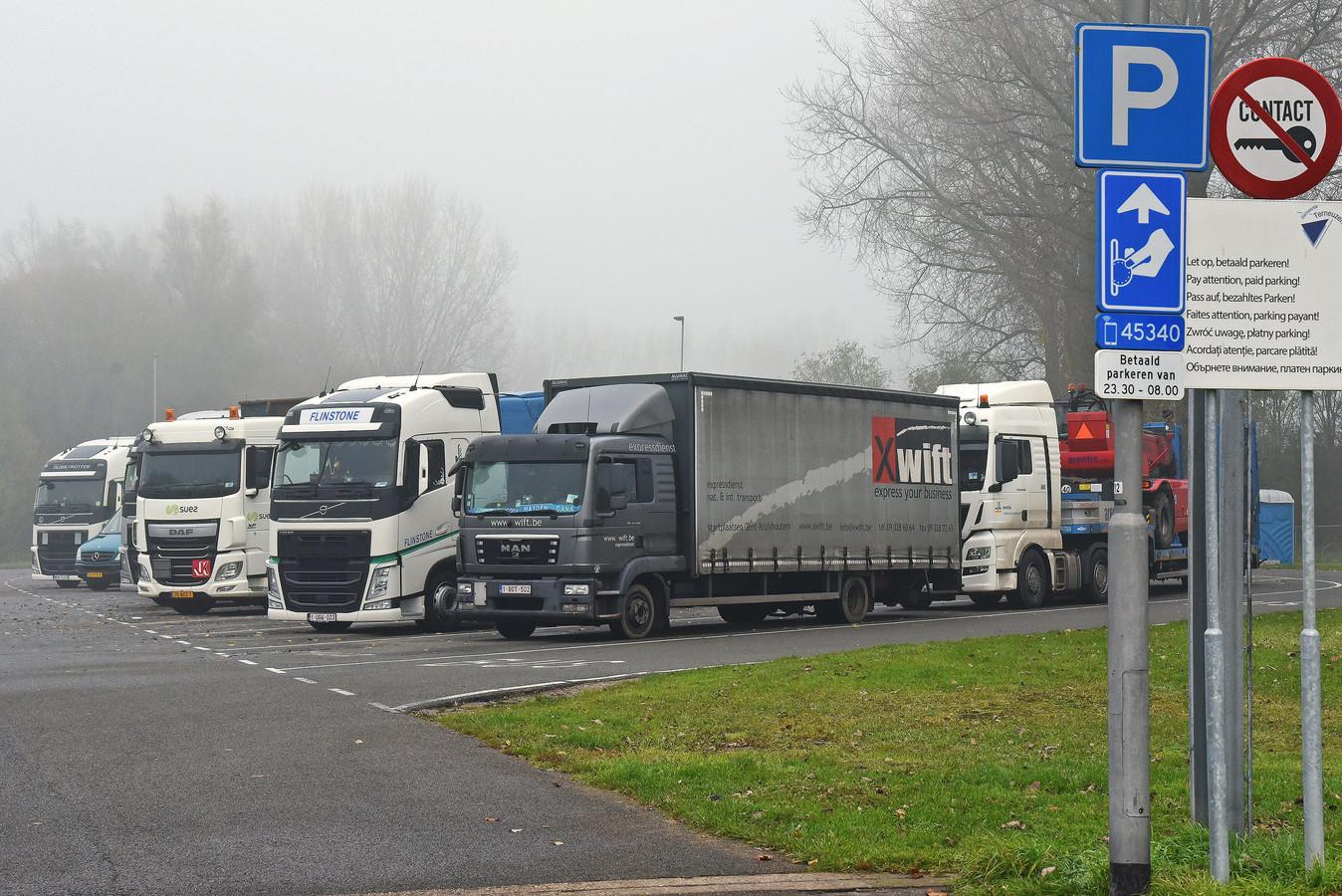 Vrachtwagens op het Suikerplein in Sas van Gent.