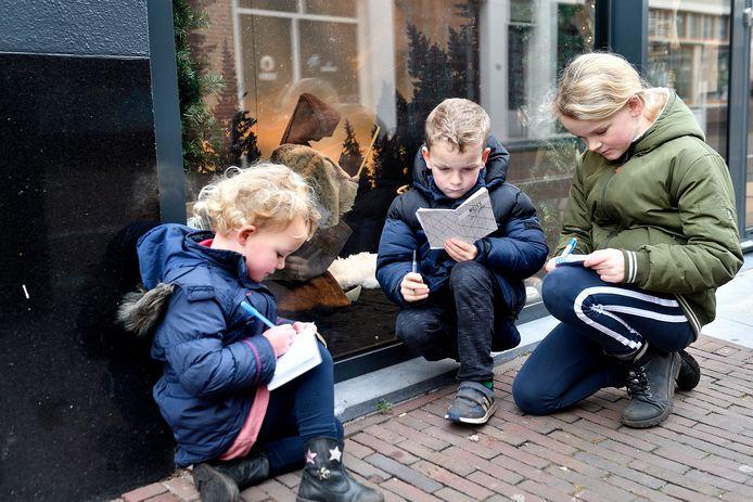 Kribbejacht in de Amersfoortse binnenstad met Emma (l.), Mart en Noa.