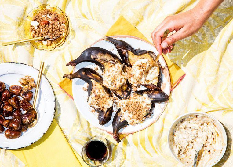 Gepofte hele banaan met sfouf en dadelroom door Nadia Zerouali. Beeld