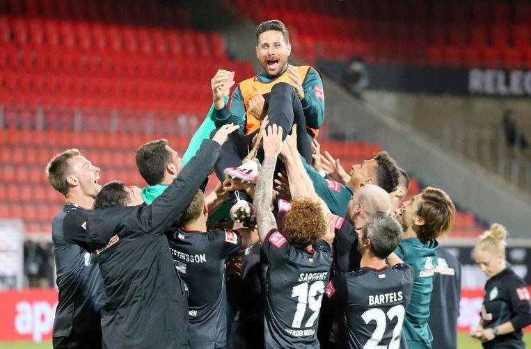 Pizarro wordt op handen gedragen door ploegmaats nadat de degradatie werd vermeden tegen Heidenheim.