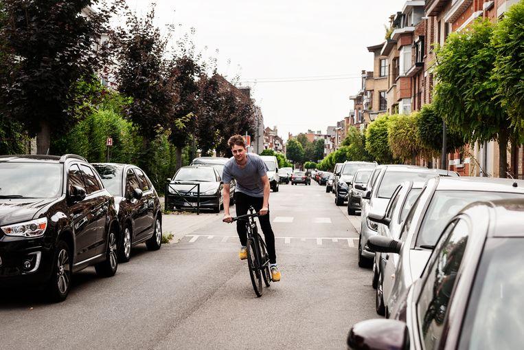 Jorne (27) pendelt naar het werk met zijn elektrische fiets. De groep e-bike-gebruikers verjongt gevoelig. Beeld RV Eva Beeusaert