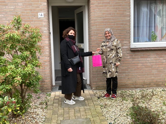 Een warme verrassing voor de vrouwelijke statushouders in de gemeente Heusden van VluchtelingenWerk op Internationale Vrouwendag.