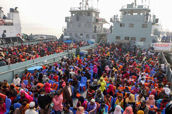 Ruim 2000 Rohingya's worden met schepen naar het eiland Bhasan Char vervoerd.