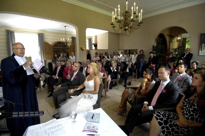Peter Buijs trouwt Ruud Hermsen en Kristel Deelen in restaurant Mijn Keuken, het voormalige gemeentehuis. foto Peter van Trijen/het fotoburo