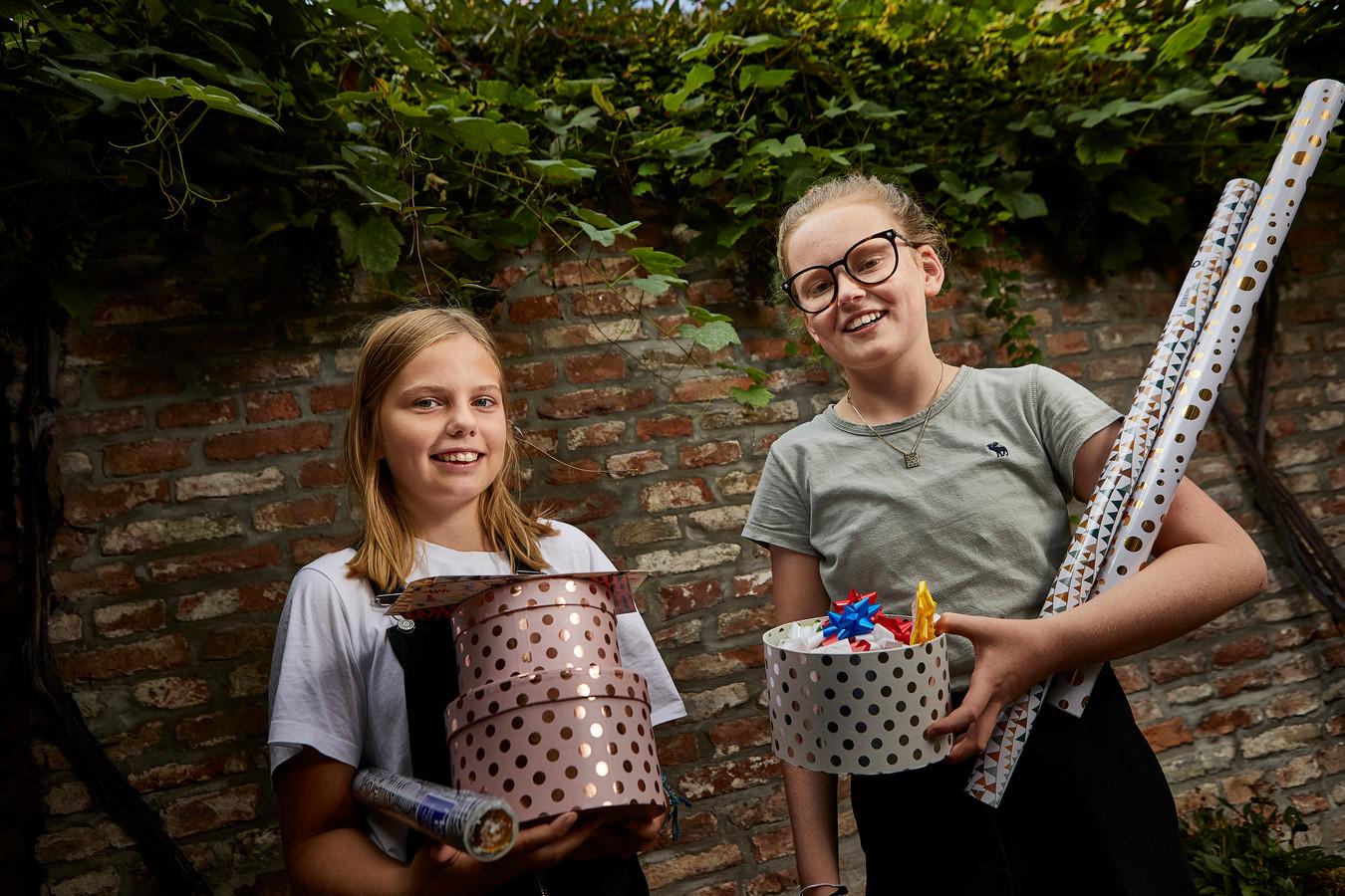 Bodil Diamant (links) en Eline van Vemde verkopen hun cadeautjes via een eigen webshop. Ze zijn pas 12 jaar, maar nu al echte ondernemers.