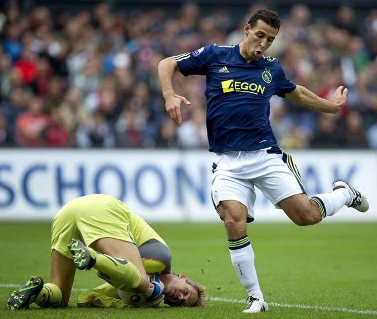 Mounir El Hamdaoui van Ajax (R) in duel met Feyenoord keeper Rob van Dijk. Beeld