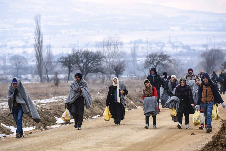 Deze mensen liepen gisteren vanuit Macedonië Servië binnen. Beeld afp
