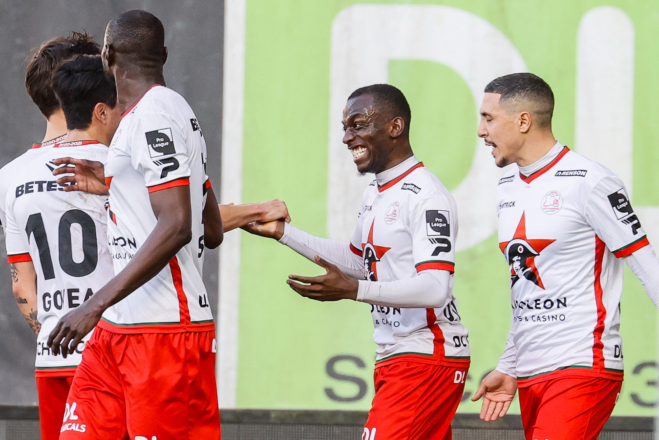 """Dolblij was hij met zijn zesde treffer van het seizoen, Jean-Luc Dompé, zondag tegen Standard: """"Wellicht de mooiste van de zes, ja, al ging die krul op Sint-Truiden er toch ook lekker in."""""""
