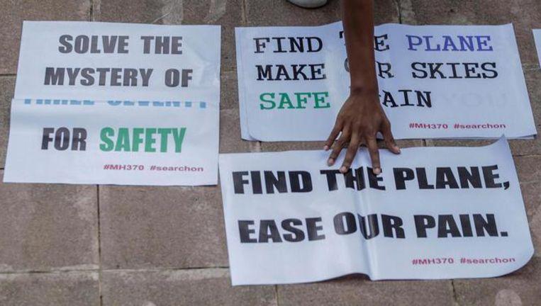Nabestaanden van passagiers van MH370 vragen de premier van Maleisië om de zoektocht voort te zetten. Beeld epa