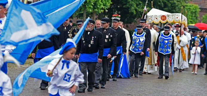 De processie tijdens de Mariamaand in Elshout in een van de afgelopen jaren, met voorop Onze Lieve Vrouwe Schuts Elshout.